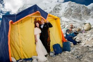 1-caters-couple-get-married-on-mount-everest-07-1494260095